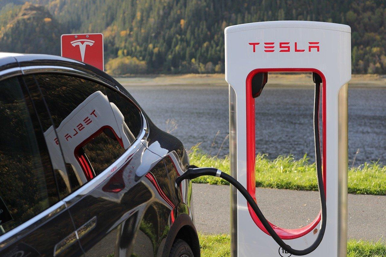 Paljonko sähköauton lataaminen maksaa?